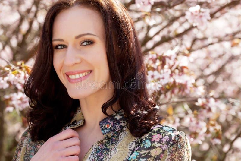 Lebensstil und Leutekonzept: Frühlings-Sommertag der jungen Frau glücklicher lächelnder genießender lizenzfreie stockfotos