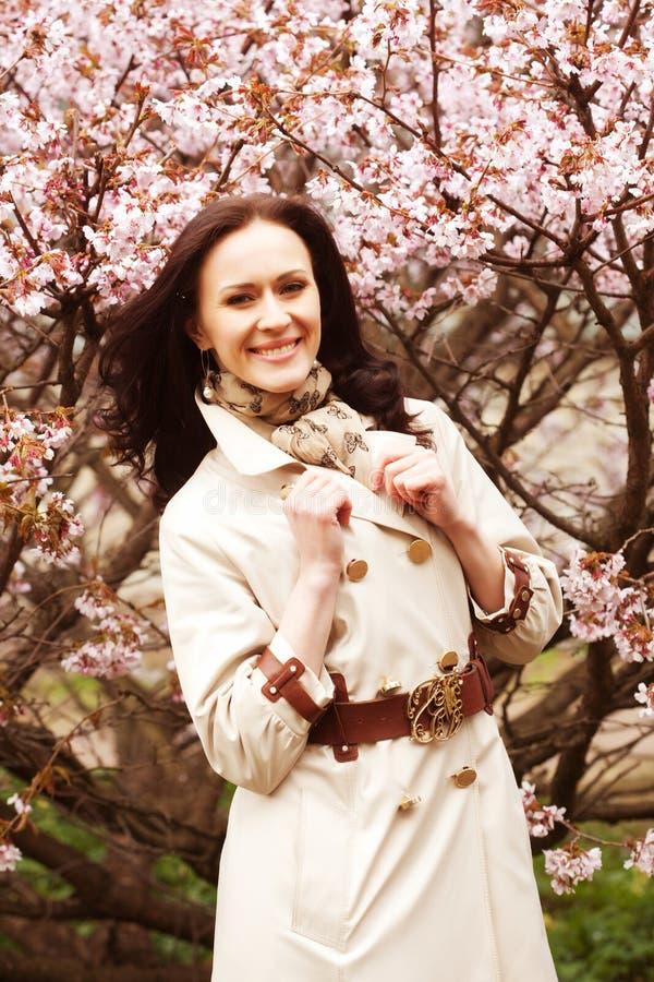 Lebensstil und Leutekonzept: junge Frau im Blütengarten Kirschblüte und Frühling Abschluss oben lizenzfreie stockfotografie