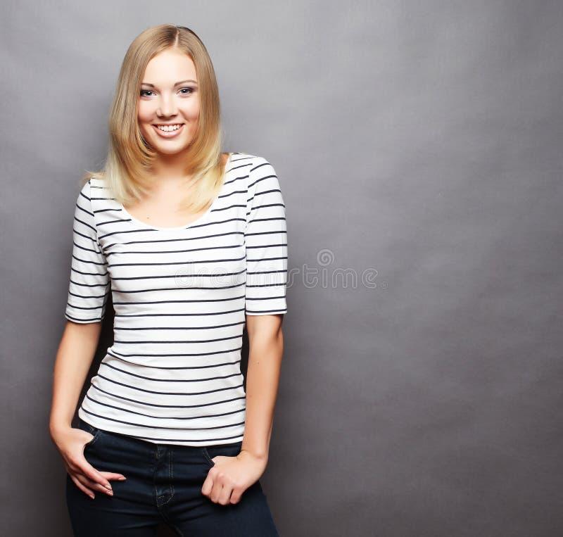 Lebensstil und Leutekonzept: Junges nettes lächelndes blondes Mädchen stockfoto