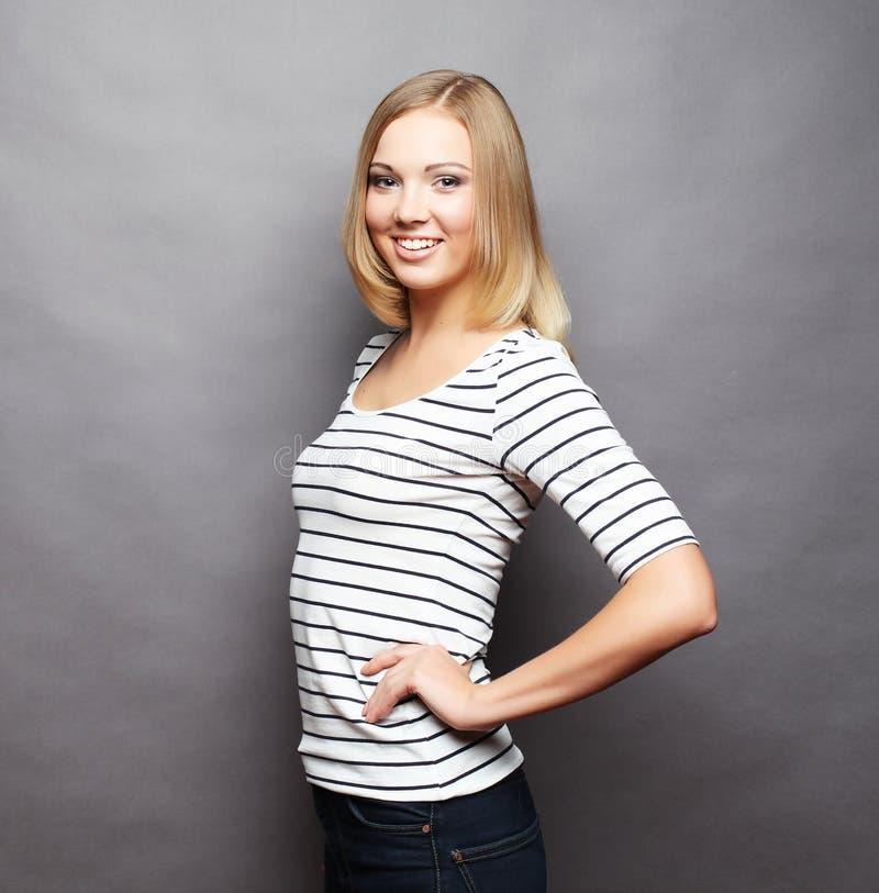 Lebensstil und Leutekonzept: Junges nettes lächelndes blondes Mädchen stockbild