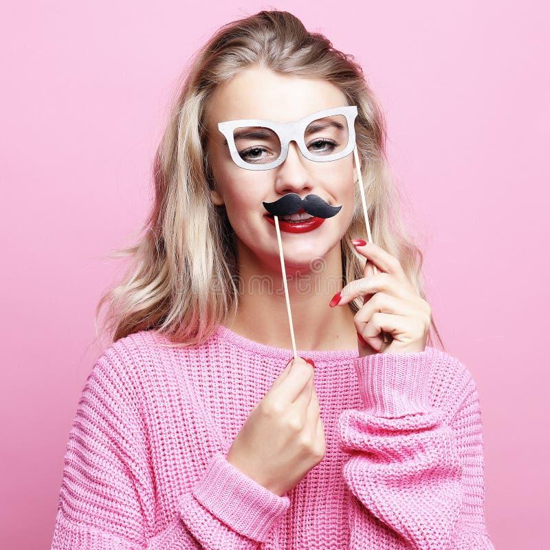 Lebensstil und Leutekonzept: spielerische junge Frau bereit zur Partei lizenzfreies stockbild
