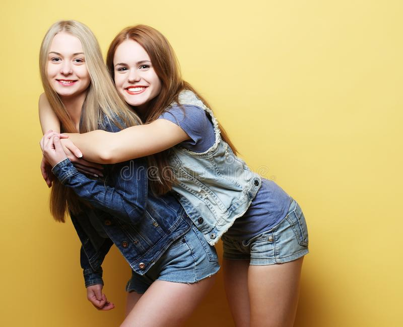 Lebensstil und Leutekonzept: Zwei Freundinnen, die zusammen stehen stockfotos