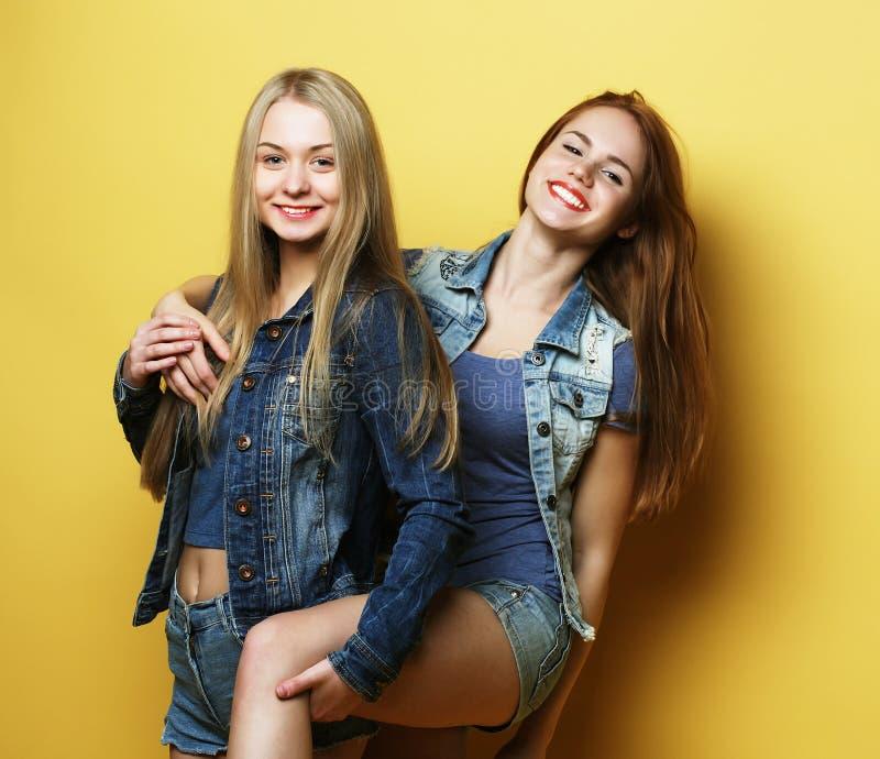 Lebensstil und Leutekonzept: Zwei Freundinnen, die zusammen stehen stockfoto