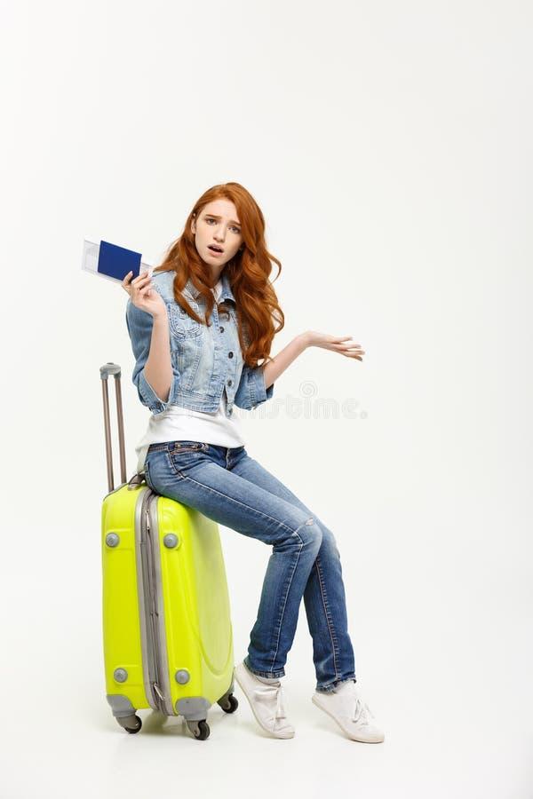 Lebensstil und Reise Konzept: Junge schöne kaukasische Frau sitzt auf suitecase und wartet auf ihren Flug lizenzfreie stockfotografie