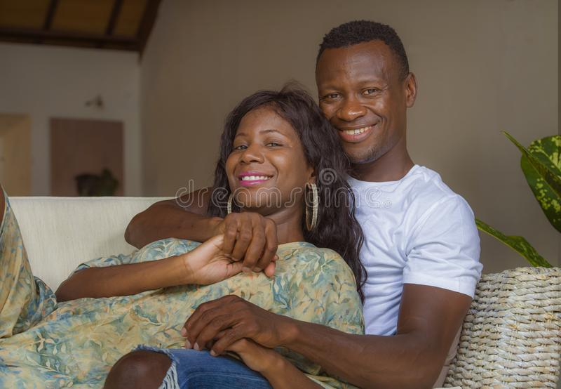 Lebensstilausgangsporträt von jungen glücklichen und erfolgreichen romantischen Afroamerikanerpaaren in der Liebe entspannte sich lizenzfreies stockfoto