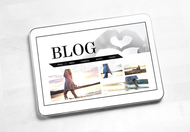 Lebensstilblog auf Tablettenschirm stockfotos