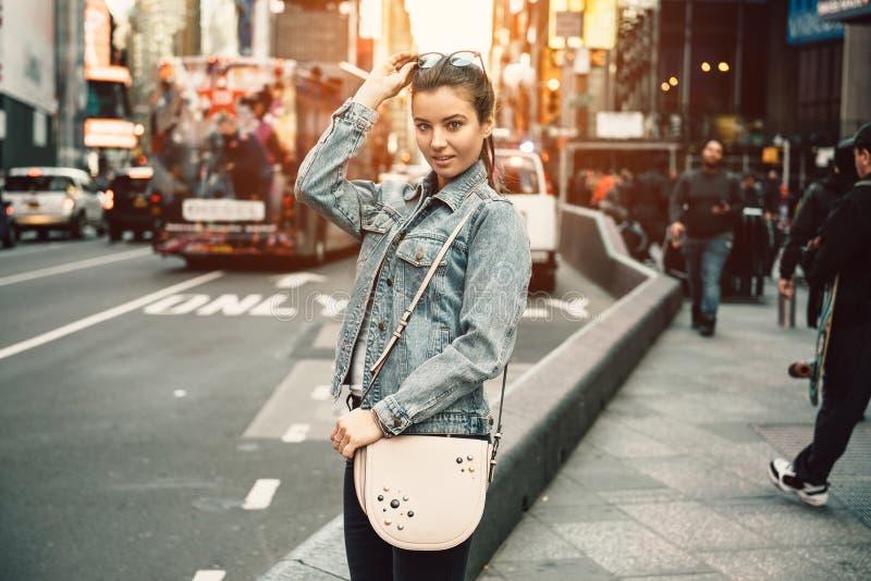 Lebensstilfoto der glücklichen jungen touristischen erwachsenen Frau, welche die Kamera hält Taschengeldbeutel und -Sonnenbrille  lizenzfreie stockfotos