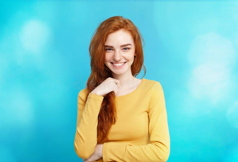 Lebensstilkonzept - rotes Haarmädchen des nahen hohen Ingwers des Porträts jungen schönen attraktiven, das mit ihrem Haar mit Sch lizenzfreie stockfotos