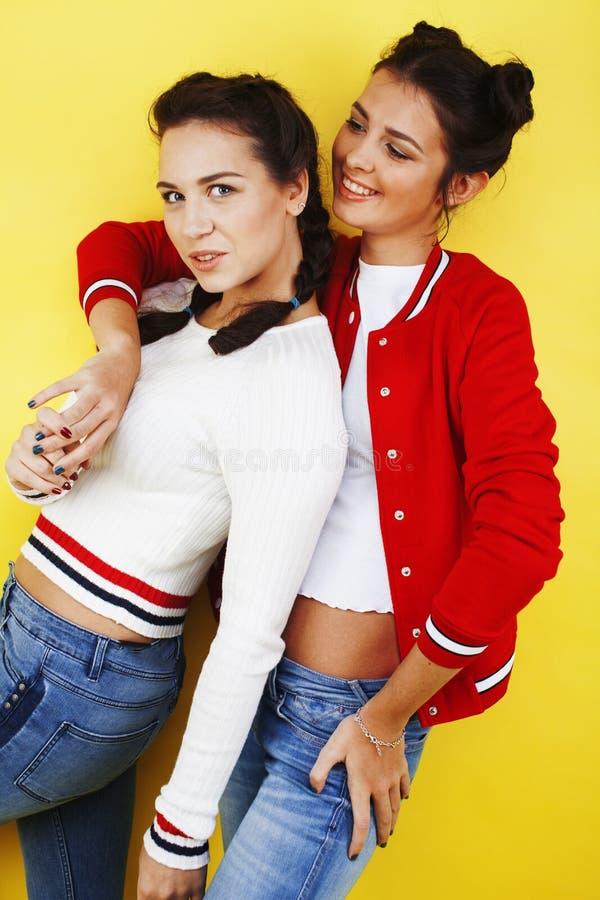 Lebensstilleutekonzept: jugendlich Mädchen des recht stilvollen modernen Hippies zwei, das Spaß zusammen, glückliches lächelndes  stockbilder