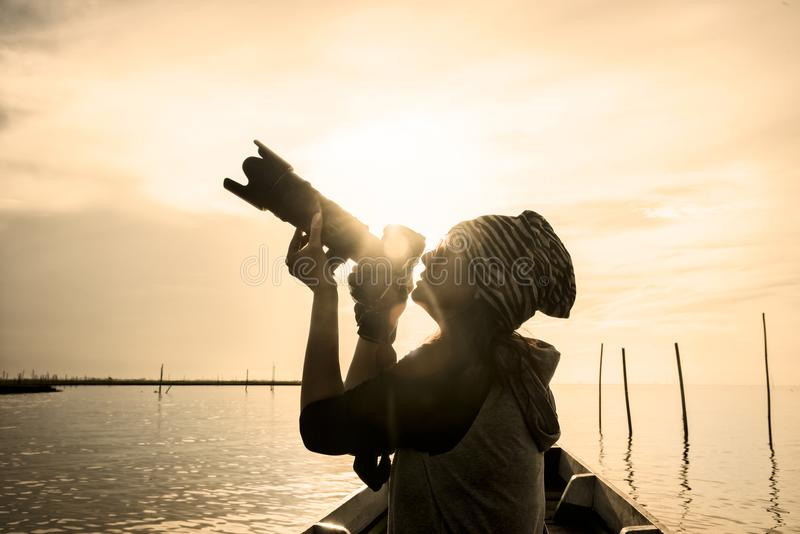 Lebensstilporträt der Frau mit Kamerareisefoto von photogra lizenzfreie stockbilder