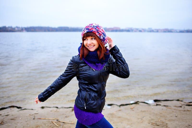 Lebensstilporträt der jungen kaukasischen dünnen Frau läuft entlang Strandherbst stockbild