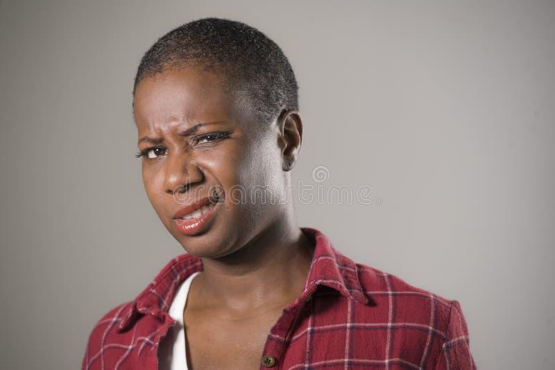 Lebensstilporträt, wenn junge unglückliche und recht afroe-amerikanisch Frau in der Verachtung und im Ekel Ausdruck gegenüberstel stockbilder