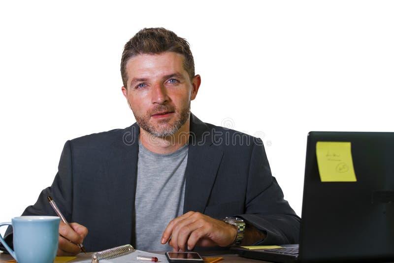 Lebensstilunternehmensporträt des jungen attraktiven beschäftigten und überzeugten Geschäftsmannes, der an den Bürocomputertisch- stockfoto