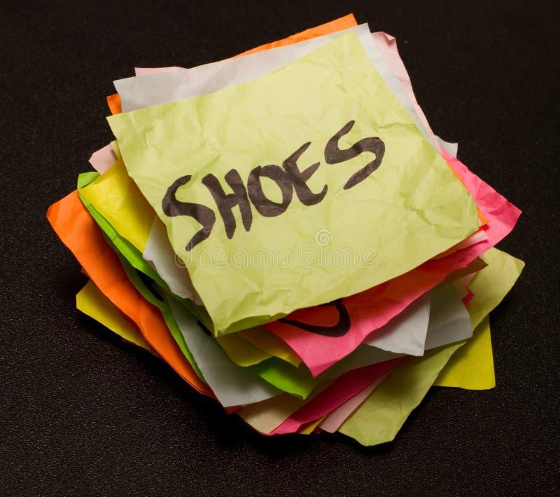 Lebenwahlen - Ausgabengeld auf Schuhen stockbilder
