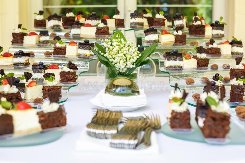 lebesmittelanschaffung Externe Nahrung Buffettisch mit verschiedenen süße Schokolade Canapes, Sandwichen und Imbissen mit Klumpen stockbilder