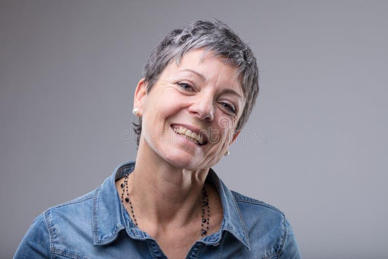 Lebhafte ältere Frau mit einem reizenden Lächeln lizenzfreie stockfotografie