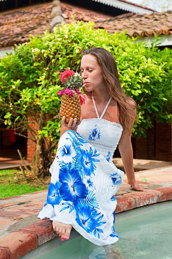 Lebhafte Frau mit Ananas lizenzfreie stockfotografie