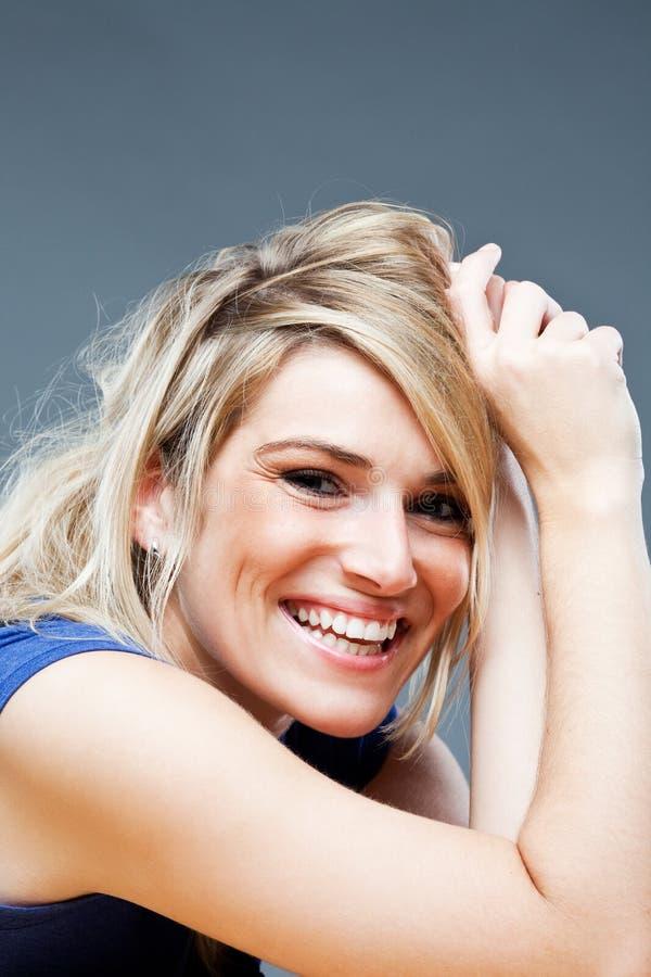 Lebhafte junge blonde Frau stockfoto. Bild von frech