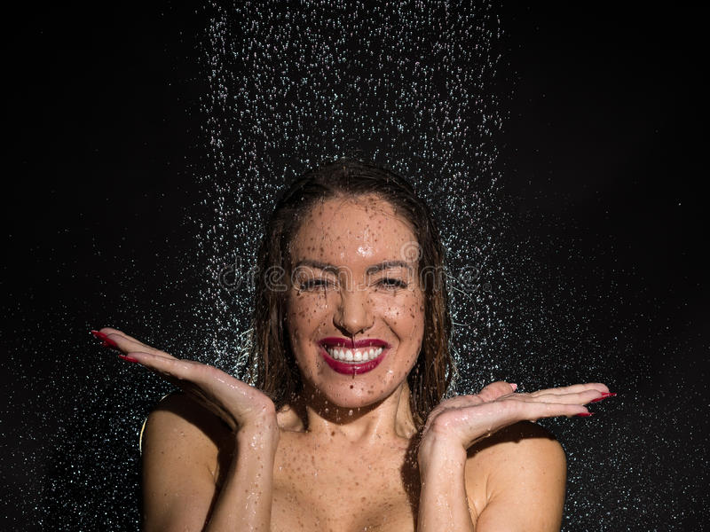 Fettärschige Brünette Hat Spaß In Der Dusche