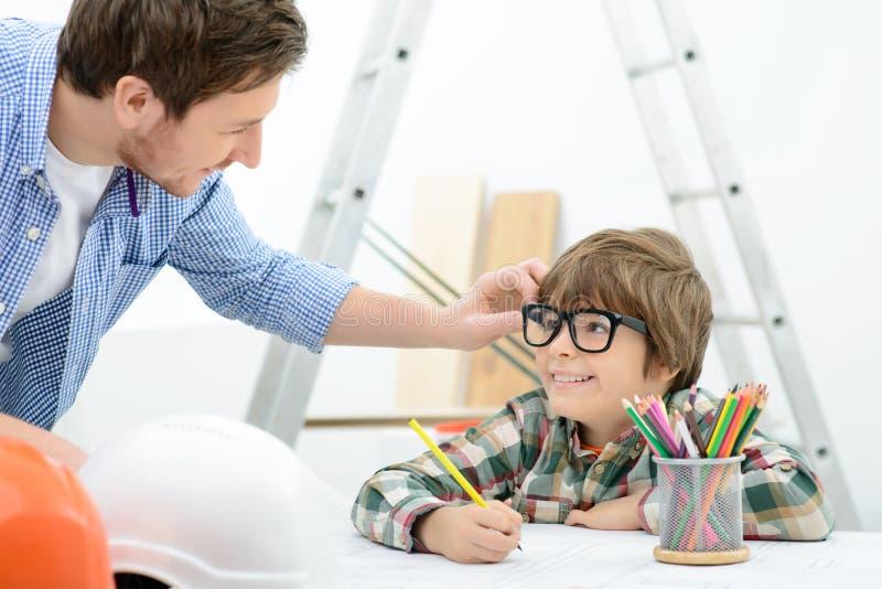 Lebhafter Vater und Sohn, die Erneuerung macht stockbilder