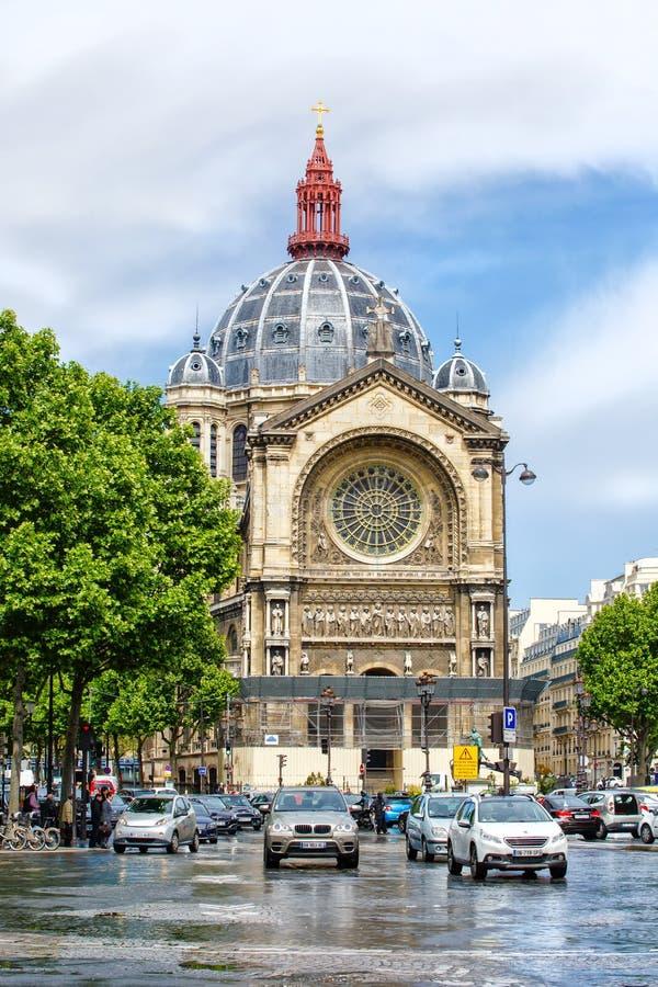 Lebhaftes Quadrat vor Heilig-Augustin-Kirche, Paris lizenzfreie stockbilder