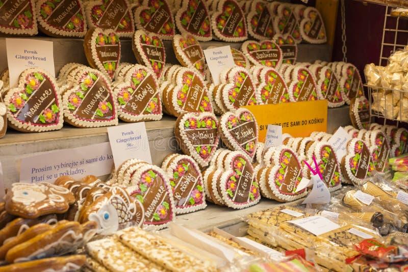 Lebkuchen an den traditionellen Weihnachtsmärkten am Friedensquadrat Namesti Miru in Prag 2016 lizenzfreies stockbild