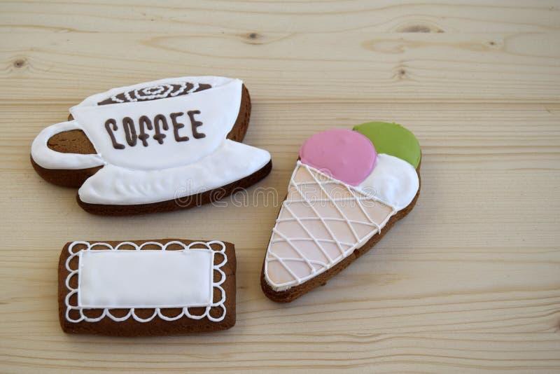 Lebkuchen in Form einer Schale mit Kaffee, eine Serviette und eine Eiscreme stockbild