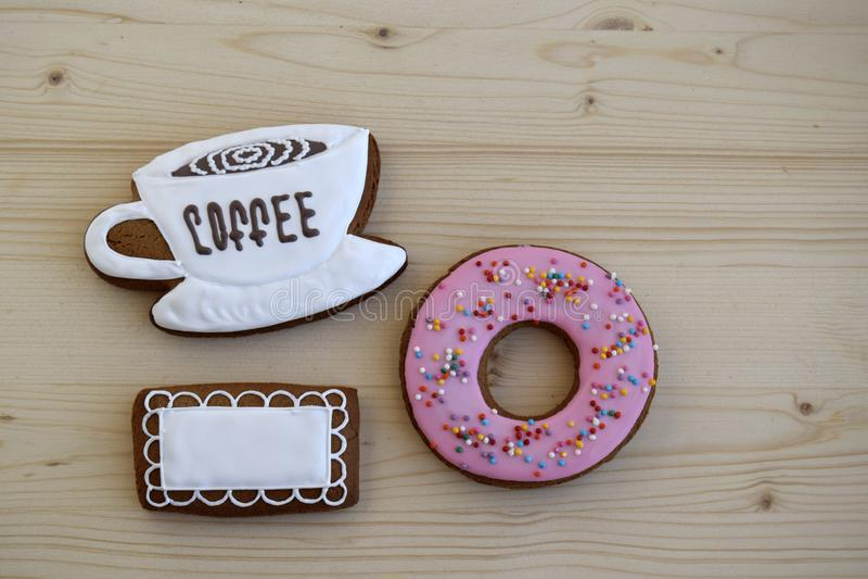 Lebkuchen in Form einer Schale mit Kaffee, Servietten und einem runden Hörnchen lizenzfreie stockbilder