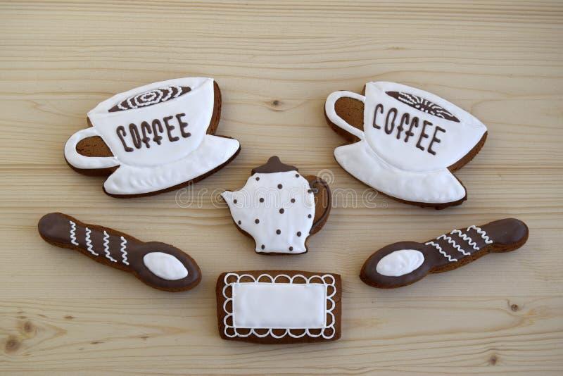 Lebkuchen in Form von Schalen mit Kaffee, eine Serviette, Löffel, ein Kaffeetopf stockbilder