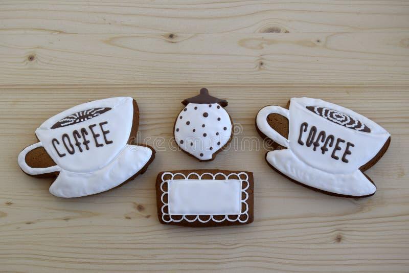 Lebkuchen in Form von Schalen mit Kaffee, eine Serviette, eine Zuckerschüssel stockfoto