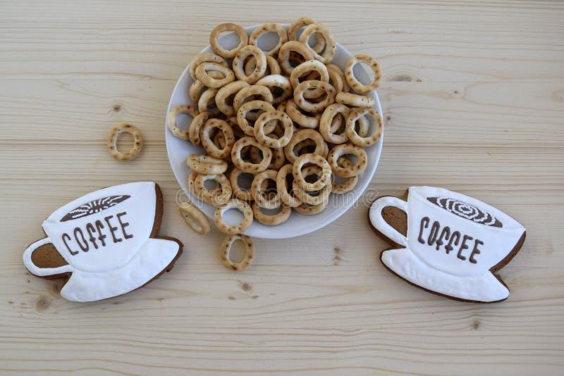 Lebkuchen in Form von Schalen mit Kaffee und Bageln, Trockner stockfotografie