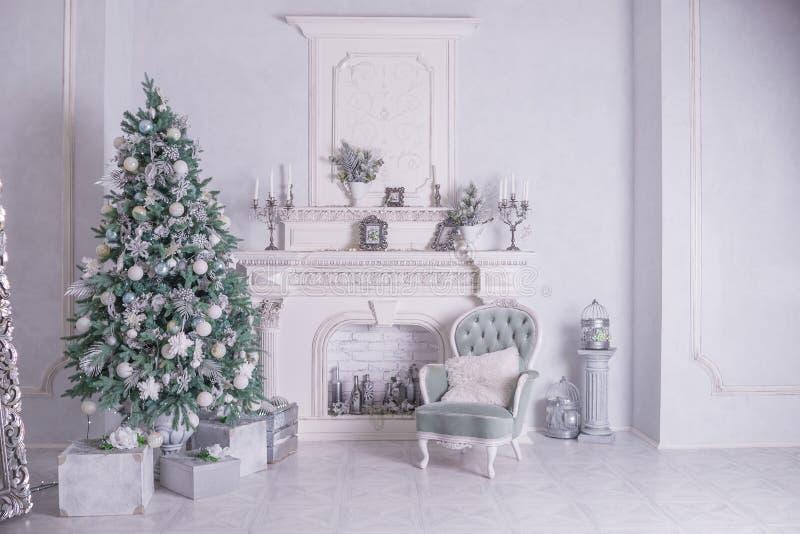 Lebkuchen-Mann über Holz Weihnachtsbaum mit silberner und weißer Dekoration Schöne Weihnachtsbaumnahaufnahme lizenzfreie stockfotos