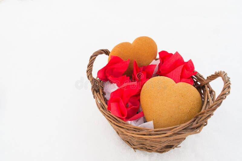 Lebkuchen und Süßigkeiten im Korb auf dem Schnee stockfotos