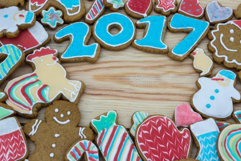 Lebkuchen werden für das neue 2017-jährige verziert (kann als Karte verwendet werden) lizenzfreie stockfotos