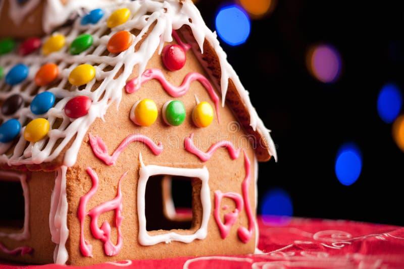 Lebkuchenhaus verziert mit bunten Süßigkeiten stockfotos