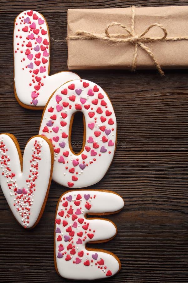 Lebkuchenherzen und kleine Kästen für Valentinsgrußtag lizenzfreies stockfoto