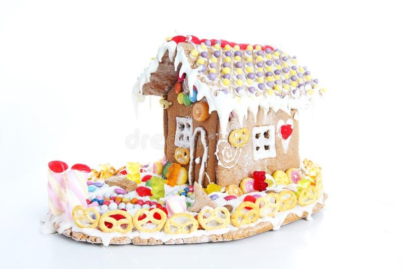 Lebkuchenkandiszuckerhaus Feenhaftes Endstück candyhouse umfasst mit selbst gemachtem Lebkuchenhaus des Schnees und der bunten Sü lizenzfreie stockbilder