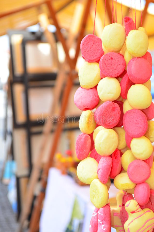 Lebkuchenperle, die für Verkauf auf einem Markt hängt stockbild