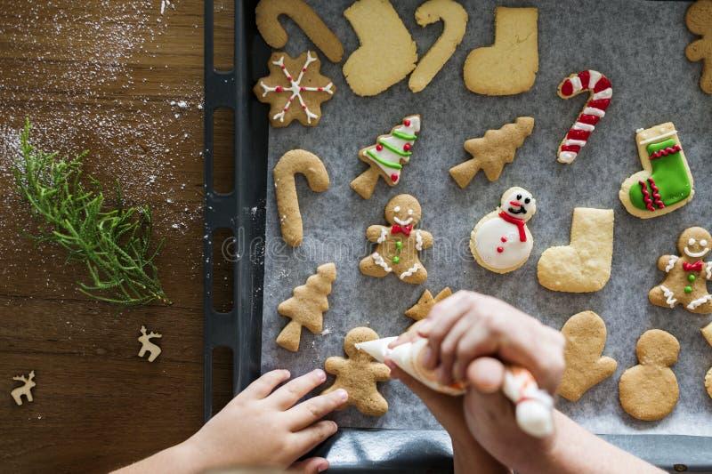 Lebkuchenplätzchen, die für Weihnachten verziert erhalten lizenzfreies stockfoto