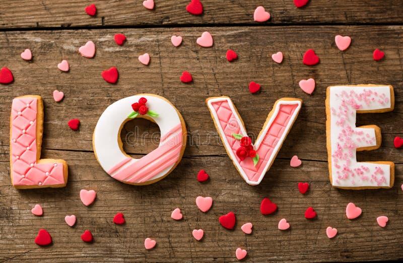 Lebkuchenplätzchen mit kleinen roten und rosafarbenen Herzen lizenzfreie stockfotos