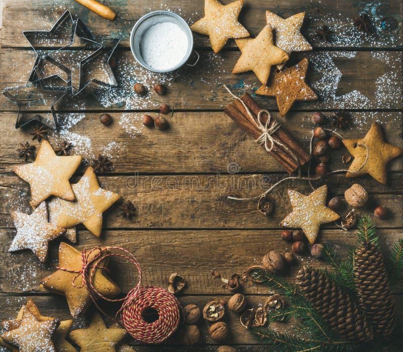 Lebkuchenplätzchen mit Zuckerpulver, Nüsse, Gewürze, Tannenzweig, Kegel lizenzfreies stockbild