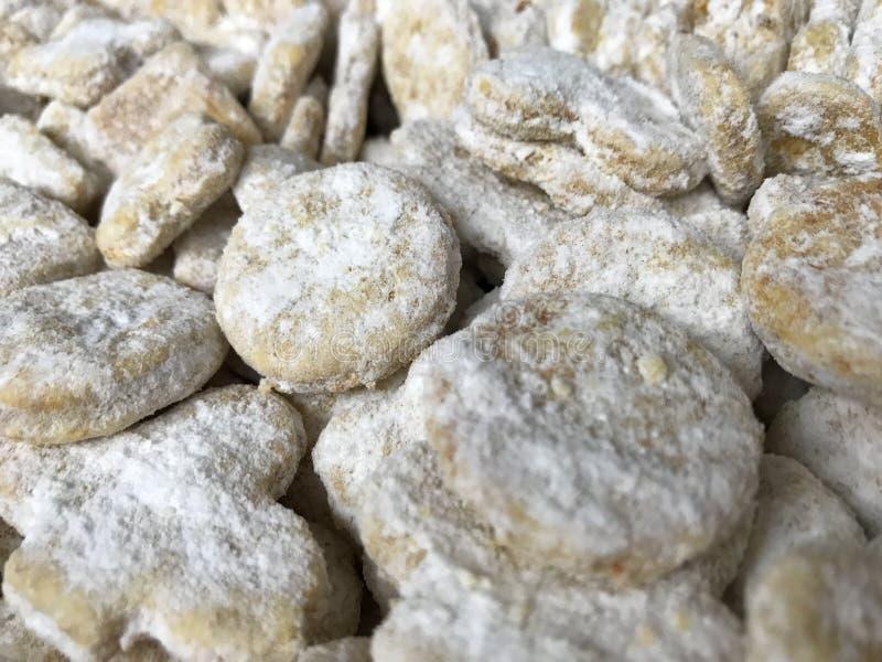 Lebkuchenplätzchen und aromatische Gewürze lizenzfreie stockbilder
