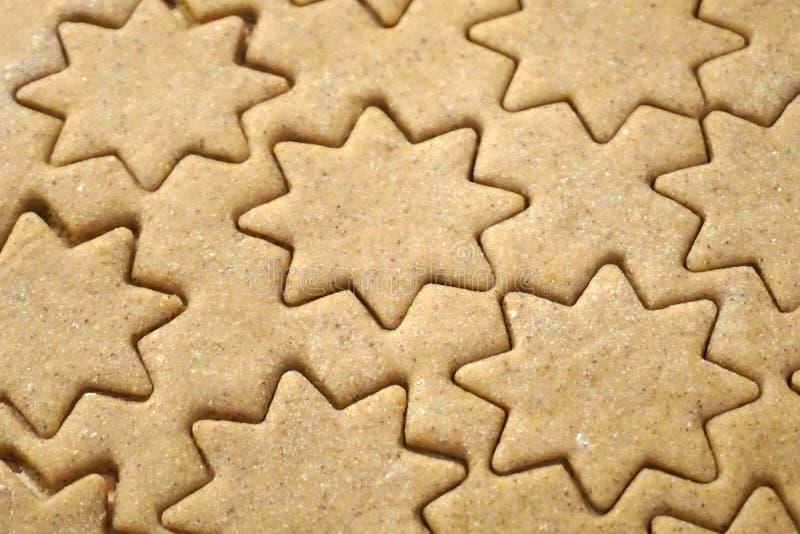 Lebkuchenteig für Weihnachtsplätzchen in Form des Sternes vorbereitet für das Backen lizenzfreies stockfoto