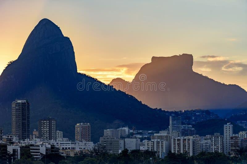 Leblon邻里的大厦和两个兄弟小山、Gavea石头和Rocinha 免版税图库摄影