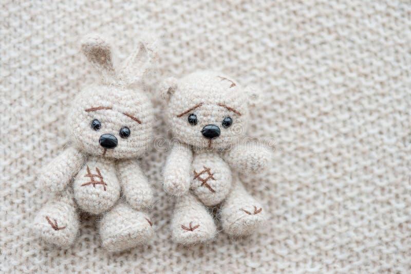 Lebre e urso brancos feitos malha fotos de stock