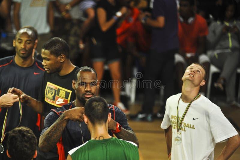 LeBron Джеймс положило медали к победителям стоковая фотография
