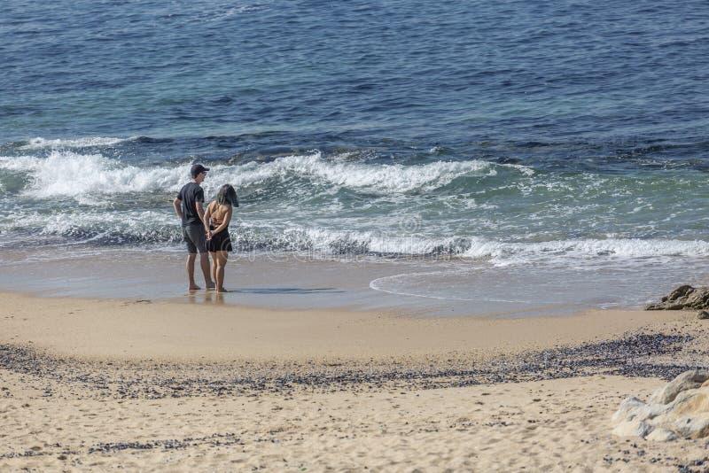 Leca da Palmeira/波尔图/葡萄牙- 10 04 2018年:在一对夫妇的看法,单独在海滩,谈话和享用在Leca da海滩  免版税图库摄影