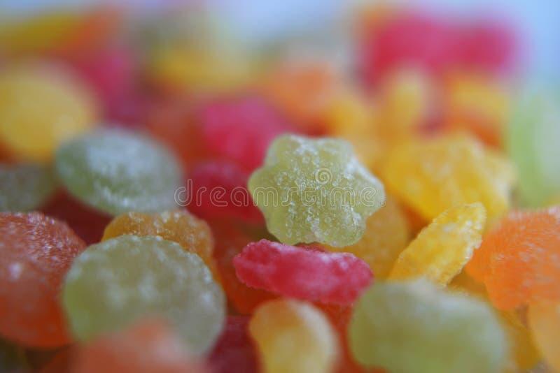 Lecca-lecca dolci colorate spruzzate con zucchero fotografia stock