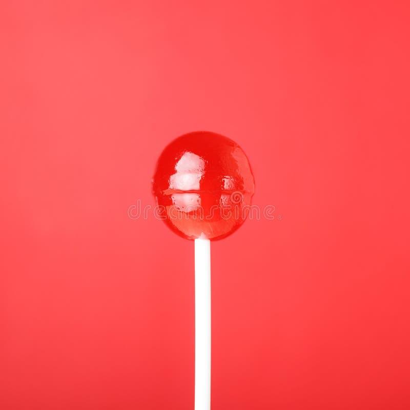 Lecca-lecca rossa su fondo rosso fotografia stock