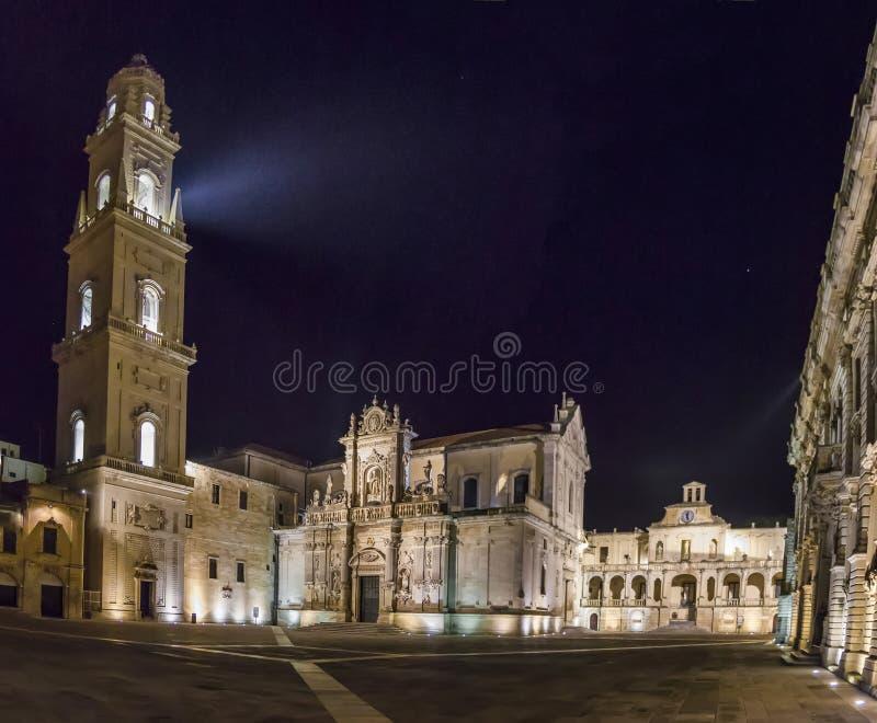 Lecce basílico da catedral pelo panorama da noite fotografia de stock